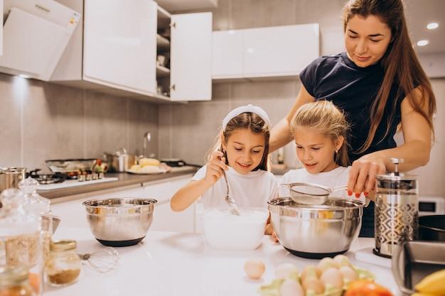 Madre con due figlie alla cottura della cucina Foto Gratuite