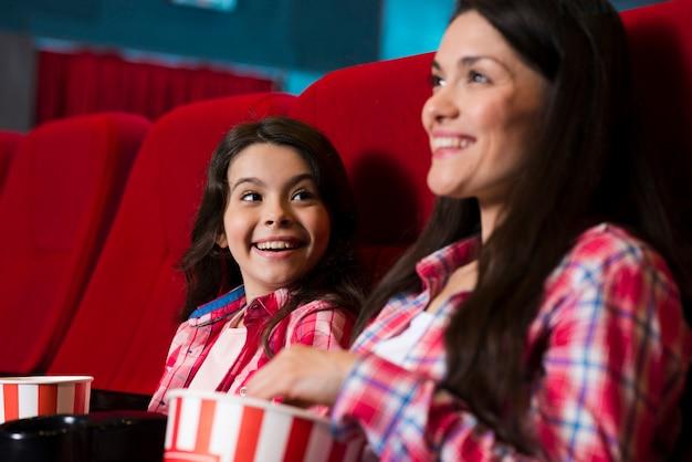 Madre con figlia al cinema Foto Gratuite