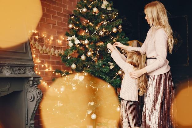 Madre con figlia carina a casa Foto Gratuite