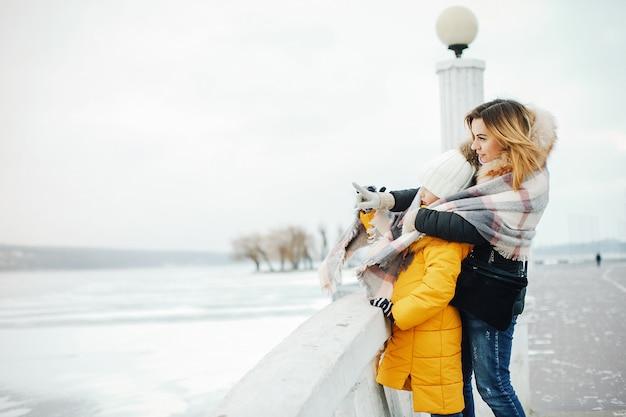 Madre con figlia in un parco Foto Gratuite