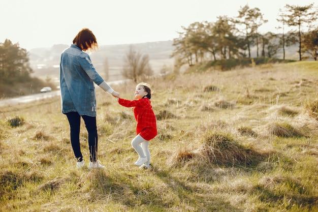 Madre con figlia in una foresta Foto Gratuite