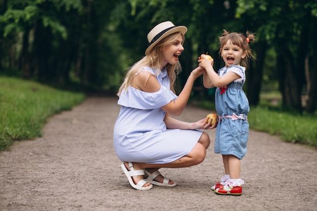 Madre con figlia piccola nel parco Foto Gratuite
