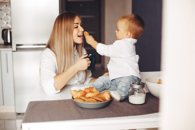 Madre con figlio a casa Foto Gratuite
