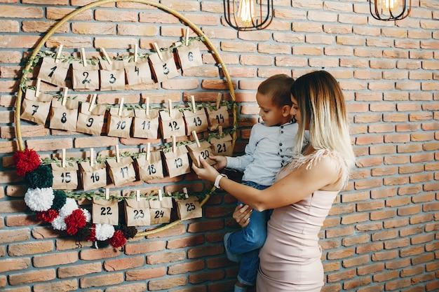 Madre con figlio carino festeggia il natale Foto Gratuite