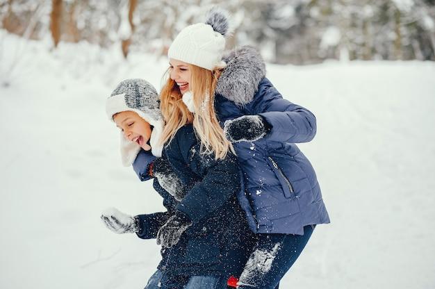 Madre con figlio carino in un inverno oark Foto Gratuite