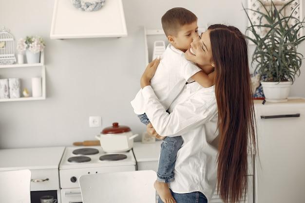 Madre con figlio piccolo divertirsi a casa Foto Gratuite