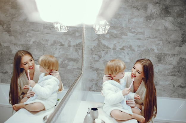 Madre con figlio piccolo in un bagno Foto Gratuite