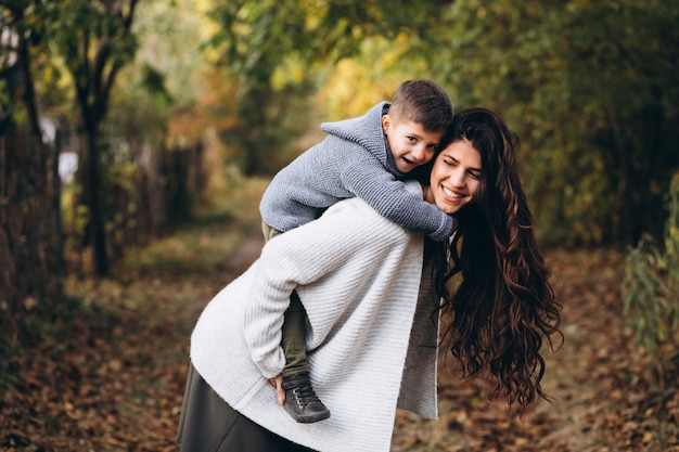 Madre con figlio piccolo in un parco in autunno Foto Gratuite