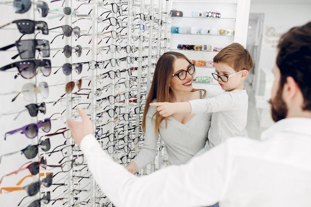 Madre con figlio piccolo nel negozio di occhiali Foto Gratuite