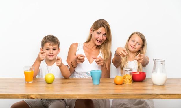 Madre con i suoi due figli facendo colazione Foto Premium