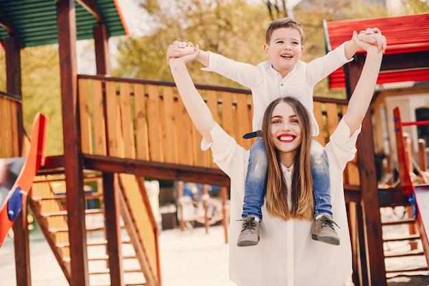 Madre con il figlio che gioca in un parco estivo Foto Gratuite
