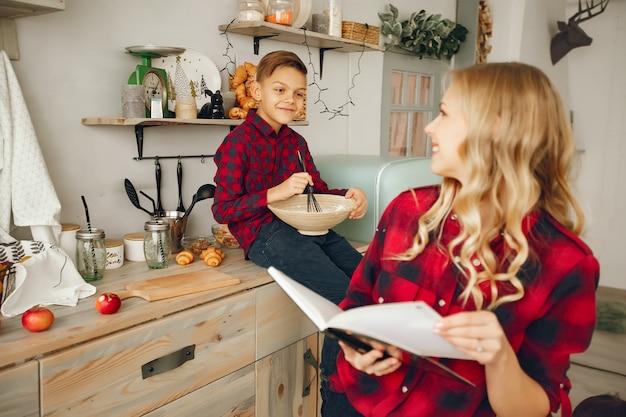 Madre con il figlio in una cucina Foto Gratuite