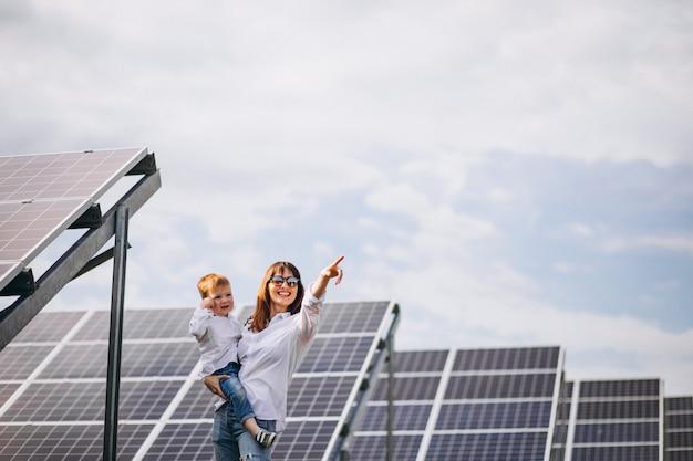 Madre con il figlio piccolo a pannelli solari Foto Gratuite
