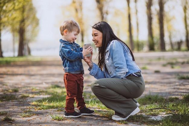Madre con il suo piccolo figlio divertendosi nel parco Foto Gratuite