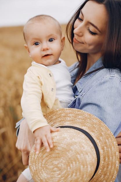 Madre con la figlia che gioca in un campo di autunno Foto Gratuite