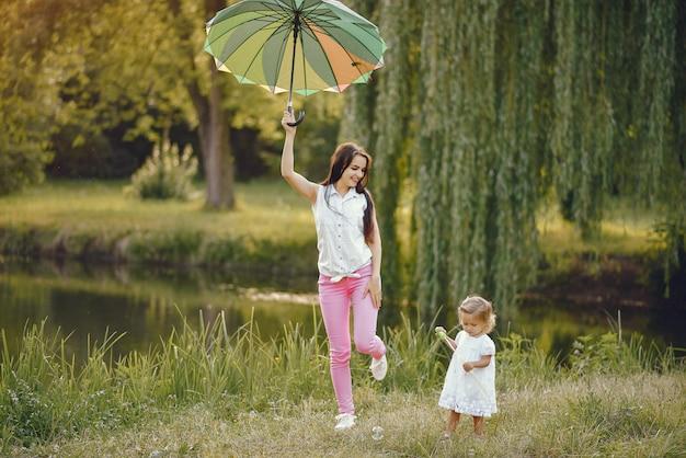 Madre con la figlia che gioca in un parco estivo Foto Gratuite