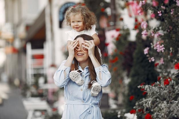 Madre con la figlia che gioca in una città di estate Foto Gratuite
