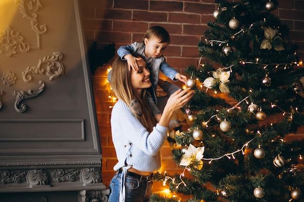 Madre con la piccola figlia che decora l'albero di natale Foto Gratuite