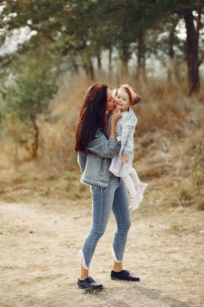Madre con la piccola figlia che gioca in un campo Foto Gratuite