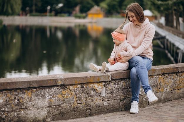 Madre con la sua piccola figlia nel parco Foto Gratuite