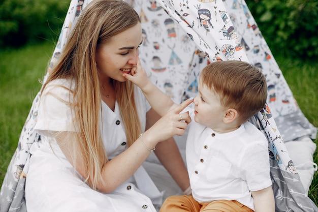 Madre con sonplaying in un campo estivo Foto Gratuite