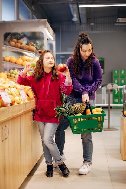 Madre con una figlia in un supermercato Foto Gratuite