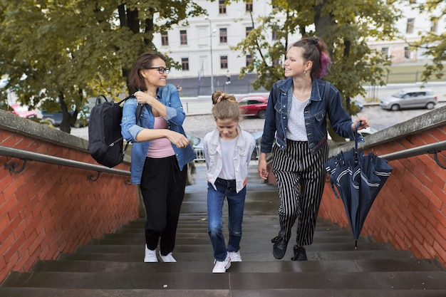 Madre e figli due figlie che camminano sulle scale Foto Premium