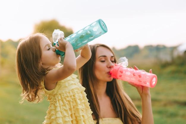 Madre e figlia al picnic Foto Premium