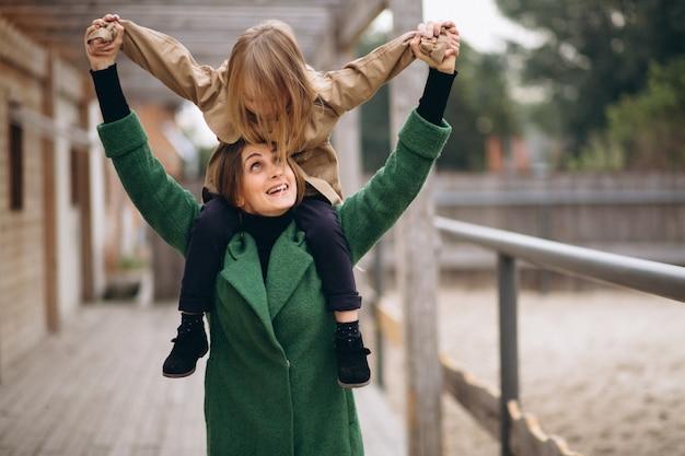 Madre e figlia che camminano intorno alla stalla Foto Gratuite