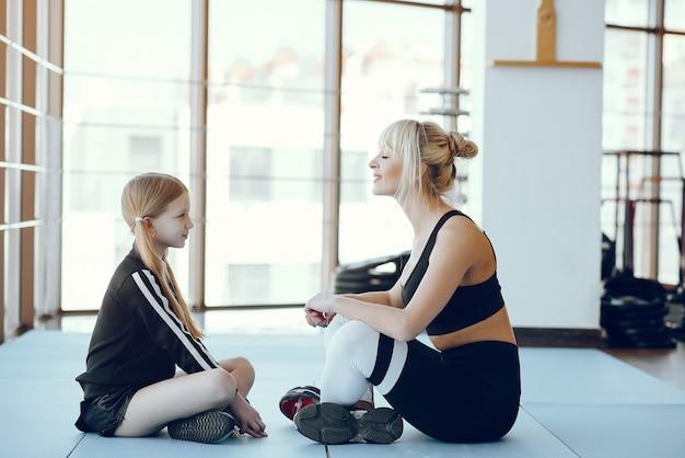 Madre e figlia che fanno yoga in uno studio di yoga Foto Gratuite