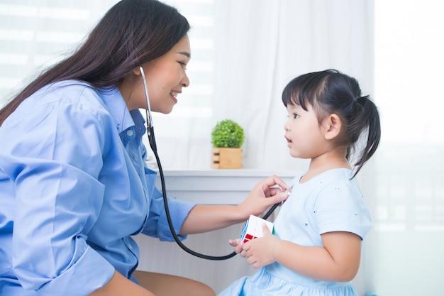 Madre e figlia che giocano al dottore con lo stetoscopio Foto Gratuite