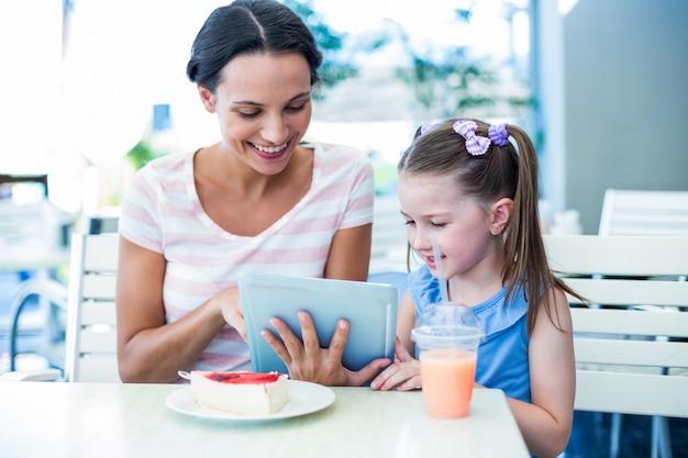 Madre e figlia che per mezzo insieme del calcolatore del ridurre in pani Foto Premium
