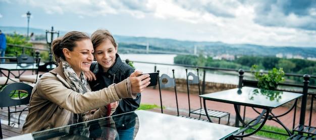 Madre e figlia che prendono selfie Foto Premium