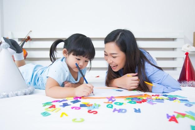 Madre e figlia che studiano l'alfabeto Foto Gratuite