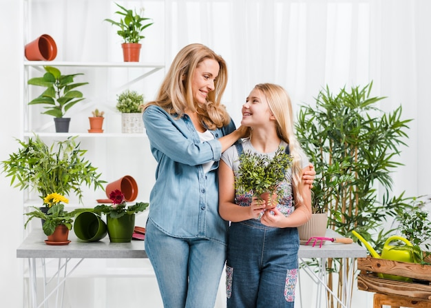 Madre e figlia in serra Foto Gratuite