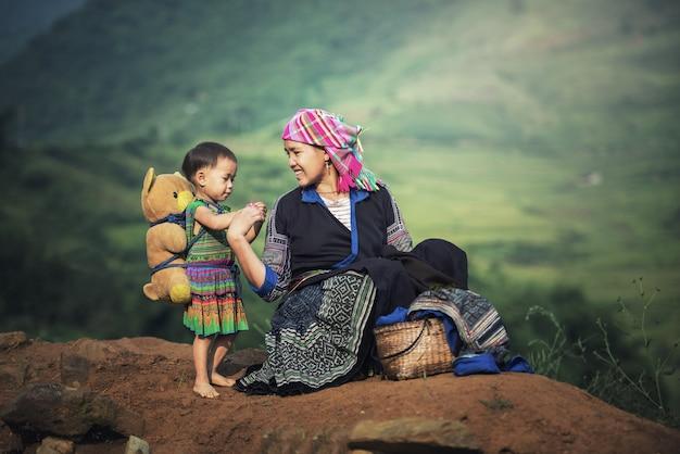 Madre e figlia in terrazze di riso, tu le lao cai, vietnam Foto Premium
