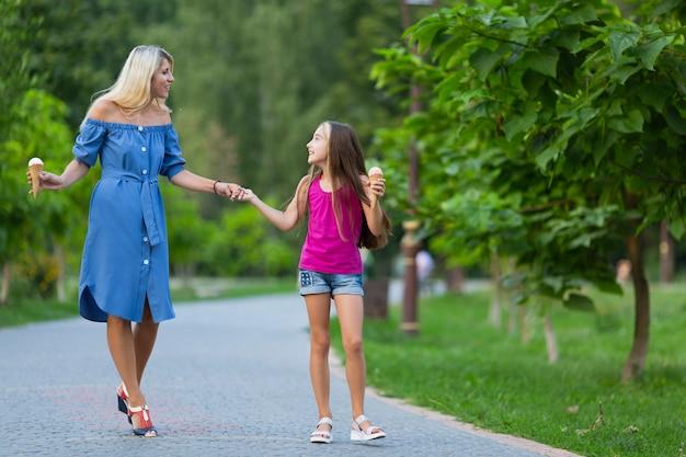 Madre e figlia nel parco Foto Gratuite