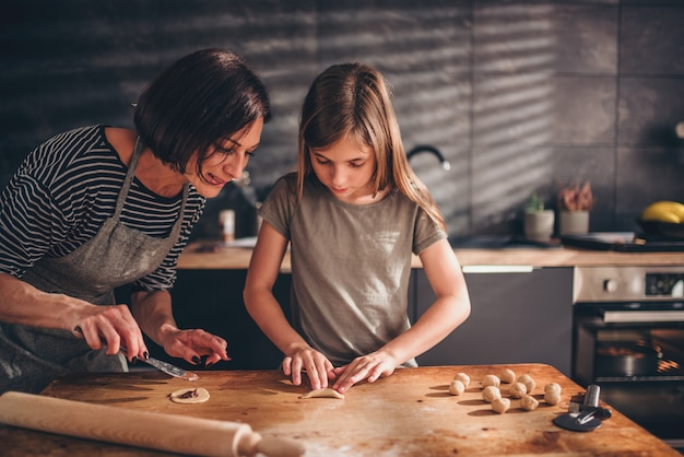 Madre e figlia ripieno di ravioli con crema al cioccolato Foto Premium