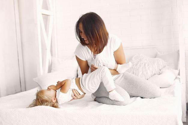 Madre e figlia si divertono a casa Foto Gratuite