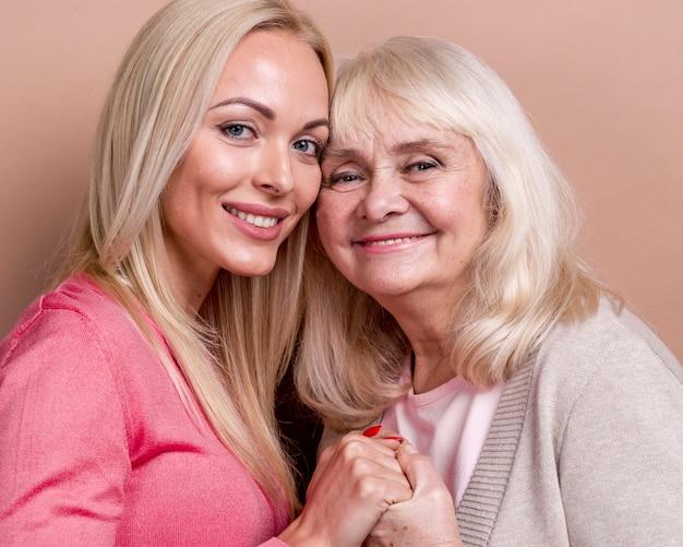 Madre e figlia sorridenti del primo piano Foto Gratuite