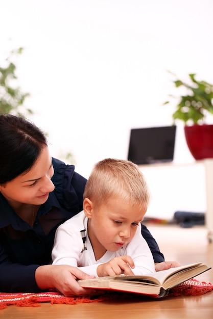 Madre e figlio che leggono insieme Foto Gratuite