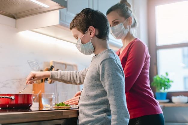 Madre e figlio cucinare a casa durante il periodo di crisi Foto Premium