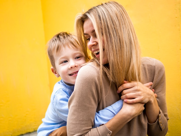 Madre e figlio del primo piano che giocano insieme Foto Gratuite