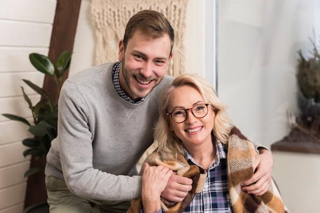 Madre e figlio in posa e sorridente Foto Gratuite