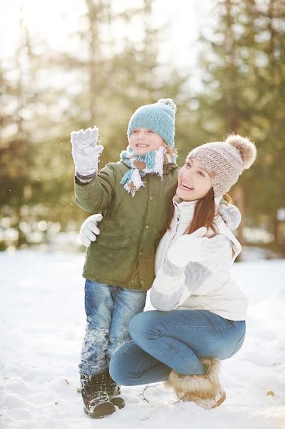 Madre e figlio nel parco invernale Foto Gratuite
