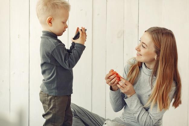 Madre e figlio piccolo che giocano a casa Foto Gratuite