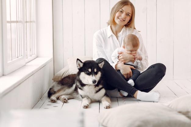 Madre e figlio piccolo, giocando con il cane a casa Foto Gratuite