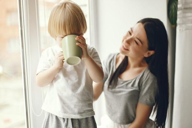 Madre e figlio piccolo seduto su un davanzale con un tè Foto Gratuite