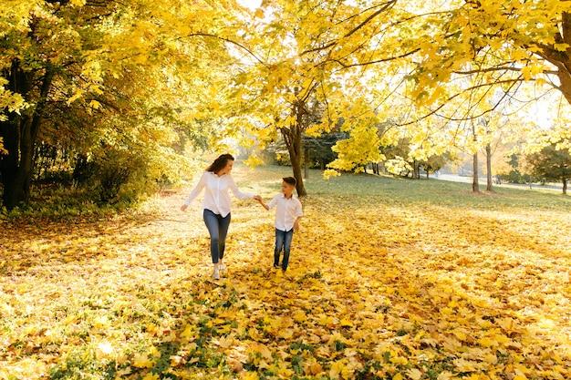 Madre e figlio trascorrono del tempo all'aperto nel parco Foto Gratuite