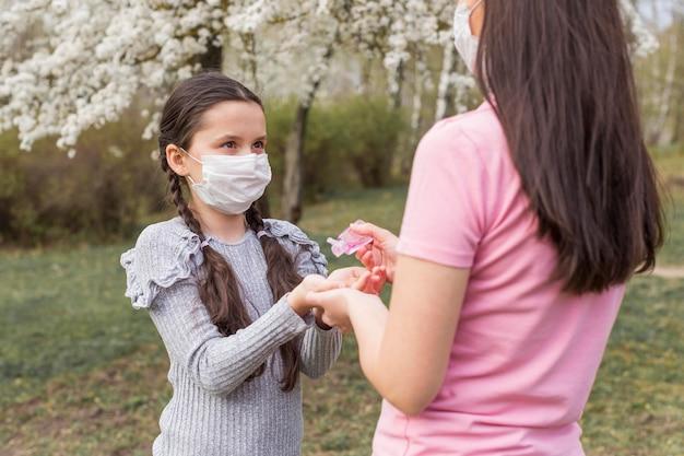 Madre e ragazza con maschere Foto Gratuite